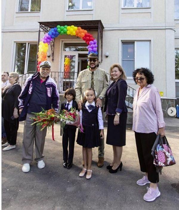 Безумные фанатки и подарок от президента Молдовы в Инстаграме Филиппа Киркорова
