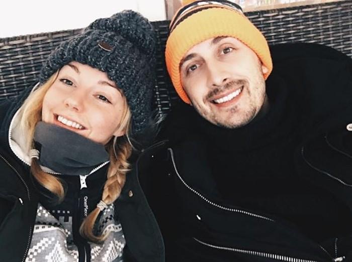 Андрей Черный с женой в шапках
