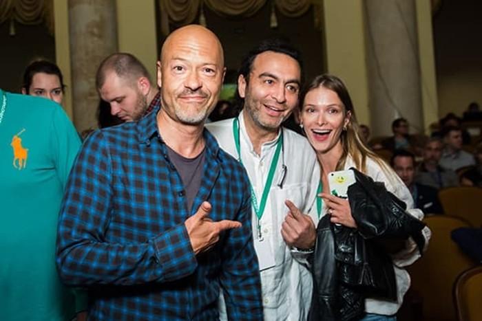 Джаник Файзиев с женой и актёром